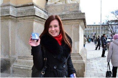 У Львові перехожим роздавали біло-блакитні «президентські кондоми», фото-2
