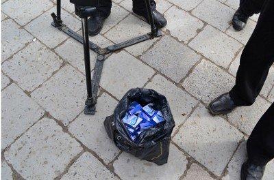 У Львові перехожим роздавали біло-блакитні «президентські кондоми», фото-1