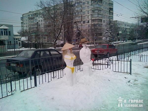 В Симферополе на улице «загорают» неприличные снеговики (фото), фото-1