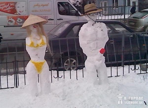 В Симферополе на улице «загорают» неприличные снеговики (фото), фото-2