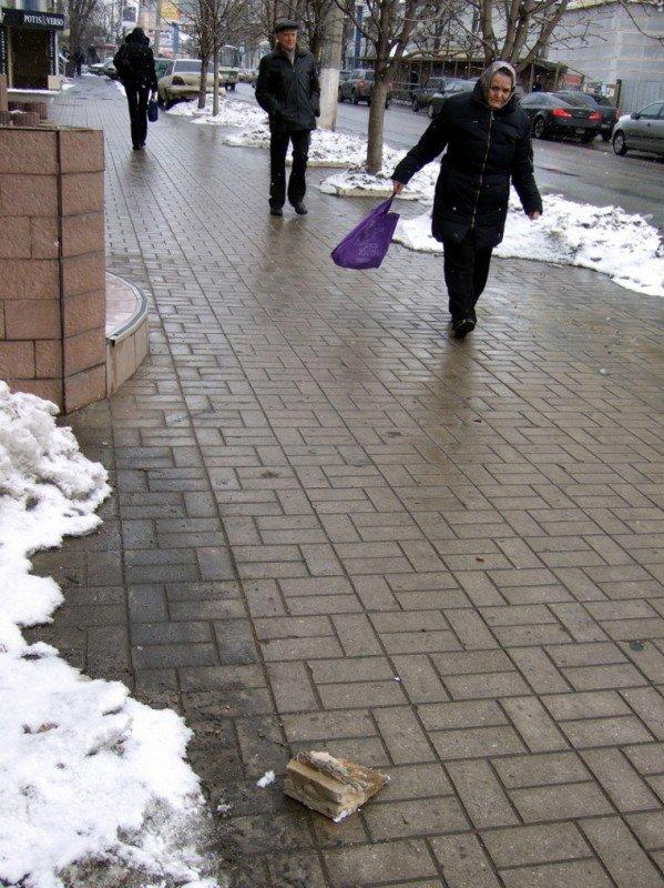 В центре Донецка с аварийного карниза на людей падают кирпичи (фото), фото-1