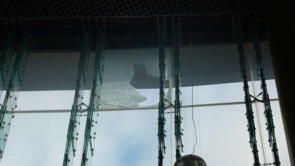 Мэр Донецка обещает разобраться с виновными в падении на головы горожан стеклопакета возле здания торгового центра, фото-2