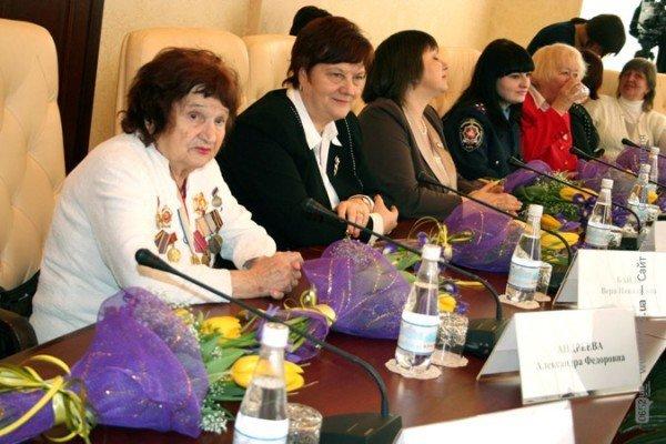 Накануне 8 Марта Могилев читал дамам стихи и раздавал индульгенции от ГАИ (фото), фото-1