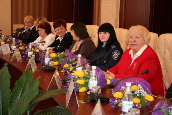Накануне 8 Марта Могилев читал дамам стихи и раздавал индульгенции от ГАИ (фото), фото-2