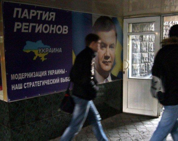 Накануне 8 марта Виктор Янукович разместился поближе к донецким женщинам (фото), фото-1