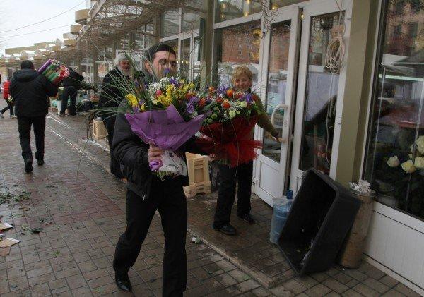 «Золотые» букеты — цены на цветы в Донецке подскочили до заоблачных высот (фото), фото-1