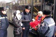 Донецкие гаишники подарили женщинам-водителям цветы (фото), фото-3