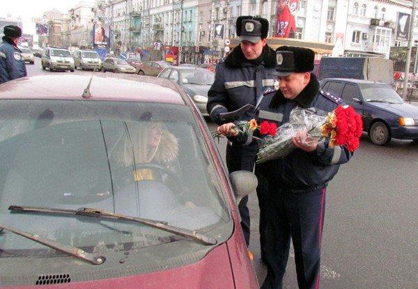 Донецкие гаишники подарили женщинам-водителям цветы (фото), фото-1