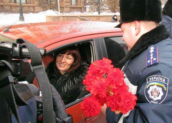 Донецкие гаишники подарили женщинам-водителям цветы (фото), фото-2