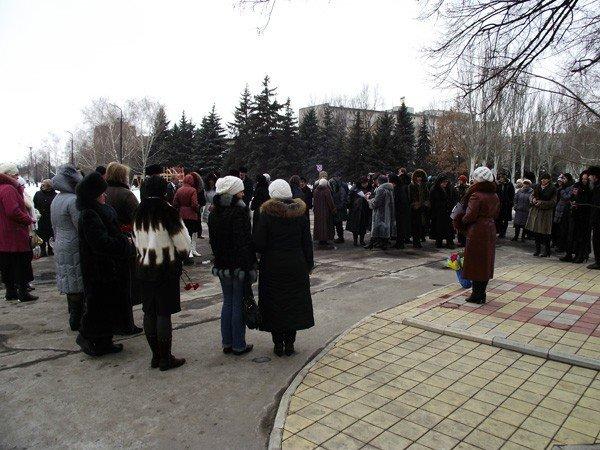 Горловчане отметили День рождения Великого Кобзаря возложением цветов к памятнику, фото-1