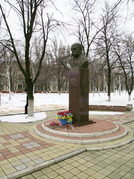 Горловчане отметили День рождения Великого Кобзаря возложением цветов к памятнику, фото-3