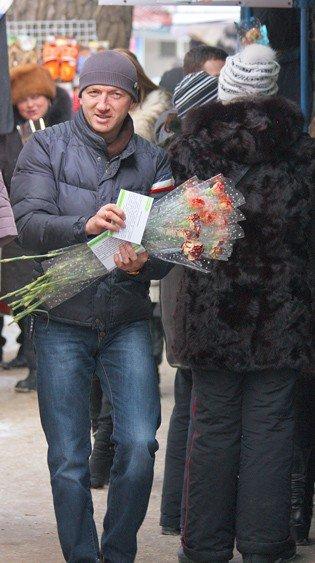 Горловские «фронтовики» вручили женщинам цветы и открытки, фото-1