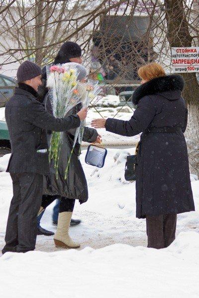 Горловские «фронтовики» вручили женщинам цветы и открытки, фото-2