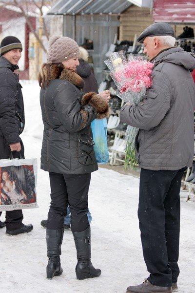 Горловские «фронтовики» вручили женщинам цветы и открытки, фото-3