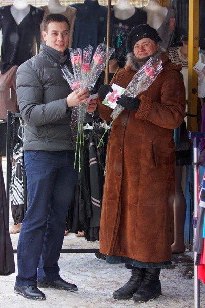 Горловские «фронтовики» вручили женщинам цветы и открытки, фото-4