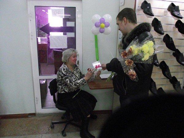 Горловские «фронтовики» вручили женщинам цветы и открытки, фото-5
