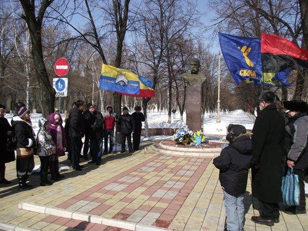 В День рождения великого Кобзаря к его памятнику пришли представители горловской опозиции, фото-1