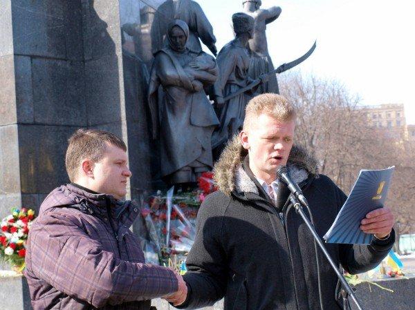 В день рождения Тараса Шевченко в Харькове к его памятнику возложили цветы и пытались объединиться (фоторепортаж), фото-7