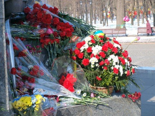 В день рождения Тараса Шевченко в Харькове к его памятнику возложили цветы и пытались объединиться (фоторепортаж), фото-9