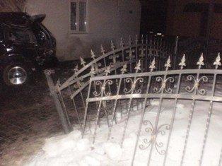 На Львівщині 18-річний водій збив пішохода, а згодом протаранив будинок джипом, фото-1