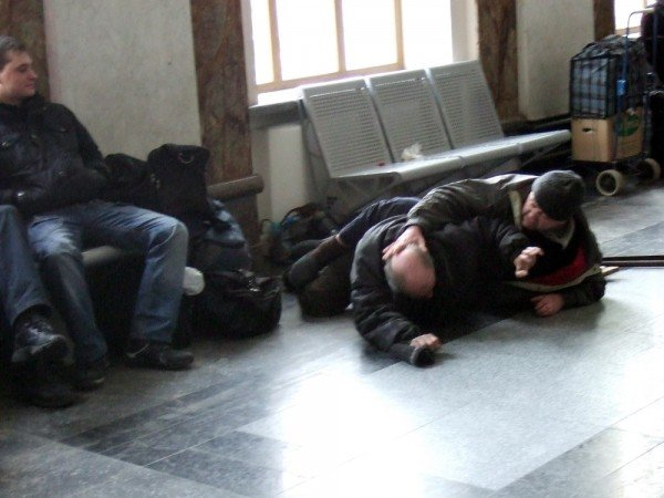 В зале ожидания донецкого железнодорожного вокзала бомжи устроили драку  - милиция «отреагировала» запретом... на съемку (фото), фото-2