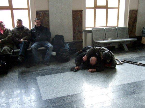 В зале ожидания донецкого железнодорожного вокзала бомжи устроили драку  - милиция «отреагировала» запретом... на съемку (фото), фото-1