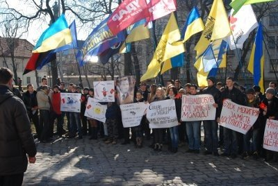 У Львові молодь зібралась, щоб показати Януковичу червону картку, фото-3