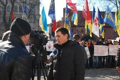 У Львові молодь зібралась, щоб показати Януковичу червону картку, фото-1