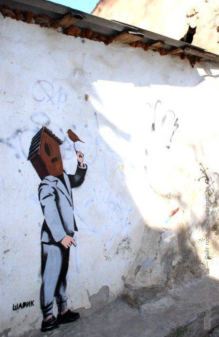 В центре Симферополя появился человек со скворечником вместо головы (фото), фото-1