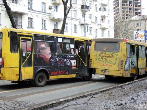 В центре Донецка водитель маршрутки устроил «ралли», которое закончилось двойным ДТП (фото), фото-1