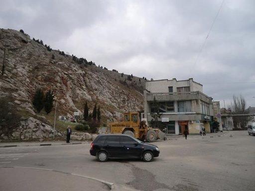 В Крыму гора рухнула на автодорогу и смяла машины, которые представляла автопродажа на РСТ, фото-1