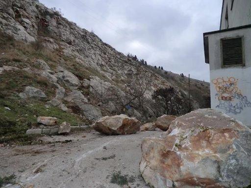 В Крыму гора рухнула на автодорогу и смяла машины, которые представляла автопродажа на РСТ, фото-2