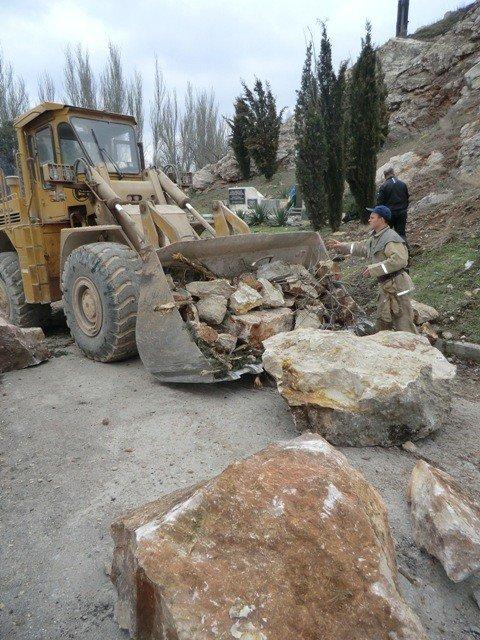 В Крыму гора рухнула на автодорогу и смяла машины, которые представляла автопродажа на РСТ, фото-3