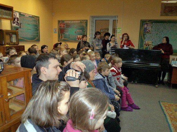 Квиллинг-работы горловских школьников пришлись по душе посетителям музея миниатюрной книги, фото-1