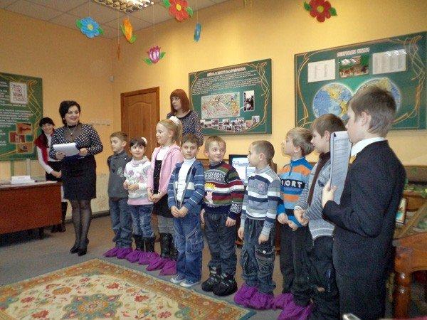 Квиллинг-работы горловских школьников пришлись по душе посетителям музея миниатюрной книги, фото-2