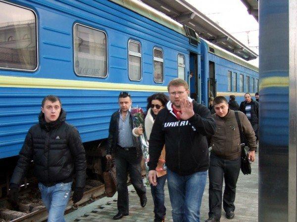 Охрана Ани Лорак запретила фотографировать звезду на Донецком железнодорожном вокзале (фото), фото-1
