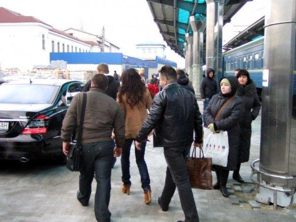 Охрана Ани Лорак запретила фотографировать звезду на Донецком железнодорожном вокзале (фото), фото-2