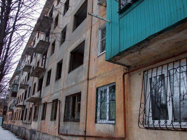 В Макеевке заселяют людей в аварийный дом (фото), фото-1