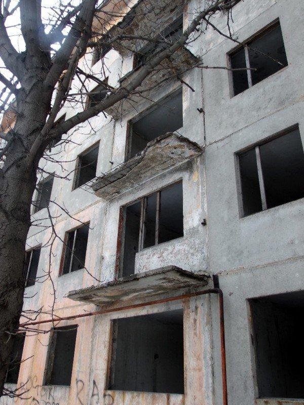 В Макеевке заселяют людей в аварийный дом (фото), фото-2