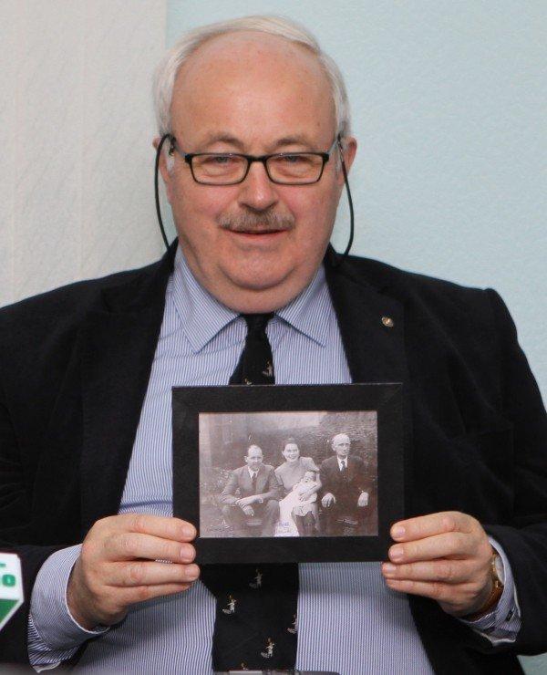 Донецк посетили правнук и праправнук Джона Юза  - на  разрушенный дом предка им дали посмотреть только из-за забора (фото), фото-5