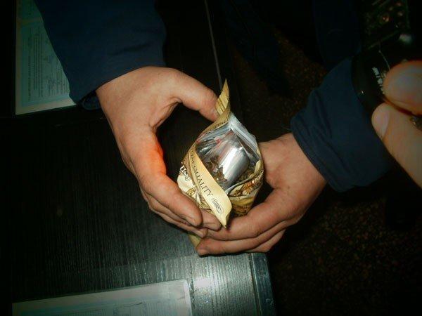 Харьковчанка пыталась вывезти в Россию антиквариат  в пакете из-под чая (ФОТО), фото-1