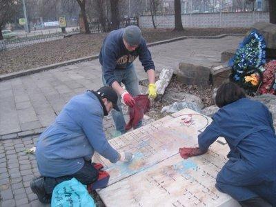 У Львові вандали розмалювали меморіал Жертвам Голокосту, фото-3