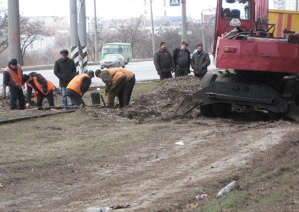 На улице Героев труда, в районе остановки «Зона отдыха» произошёл сход с рельс трамвая (ФОТО), фото-3