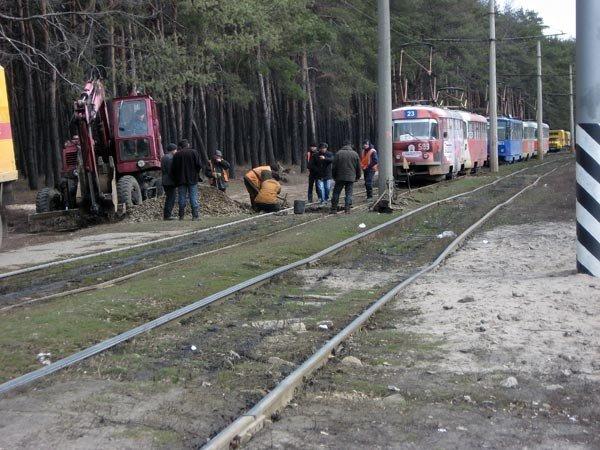 На улице Героев труда, в районе остановки «Зона отдыха» произошёл сход с рельс трамвая (ФОТО), фото-5
