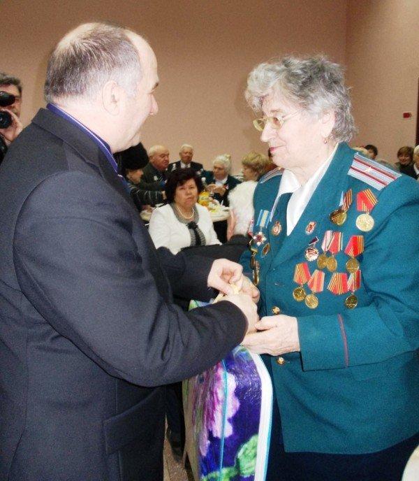 Ветераны выпили боевые сто грамм с мэром Артемовска, фото-11