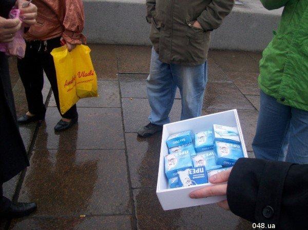 В Одессе сегодня раздали презервативы с изображением Януковича (фото), фото-5
