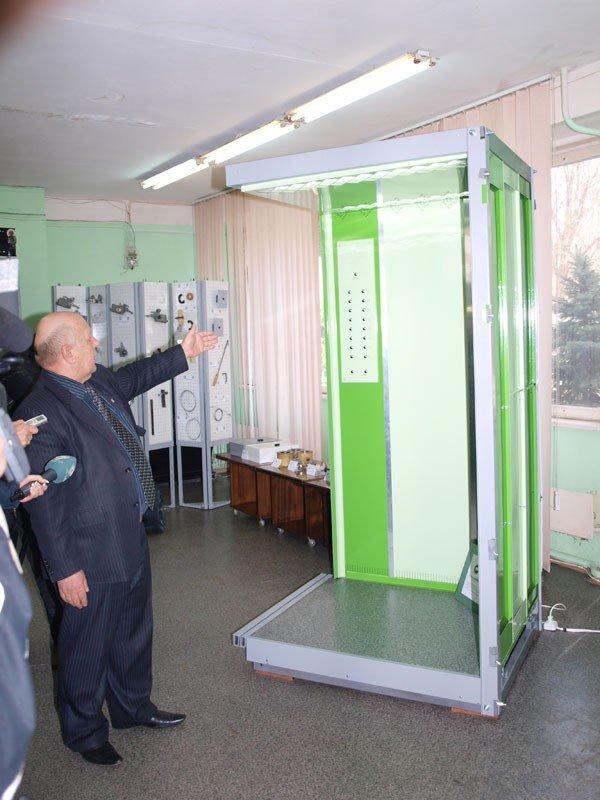 Конструкторы КП «Харьковгорлифт» изобрели лифт с люстрой (ФОТО), фото-4