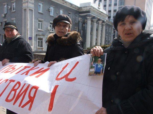 В Донецке протестовали  «против палачей в погонах» и «заказных судов» (фото), фото-1