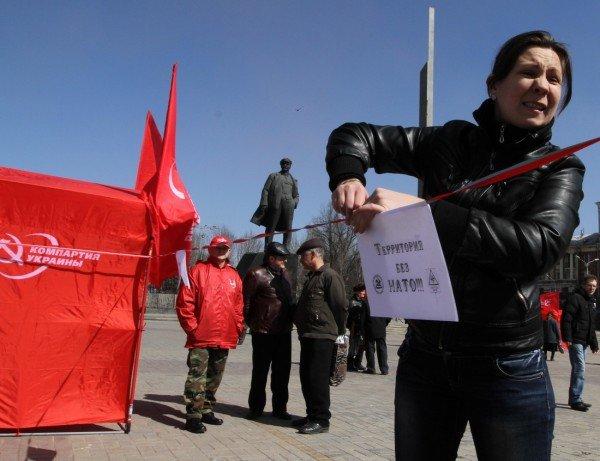 В Донецке коммунисты «освободили» от НАТО площадь Ленина (фото), фото-6