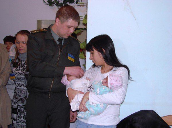 Начало жизни – в изоляции. В Артемовском СИЗО за решеткой крестили двойню (ВИДЕО), фото-2